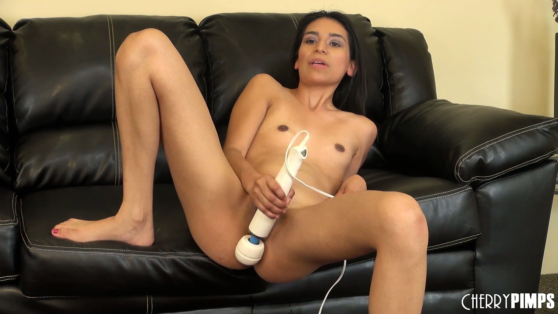 Porno Video of Zaydyn Gordon Treats Her Clit To The Legendary Hitachi Wonder Wand