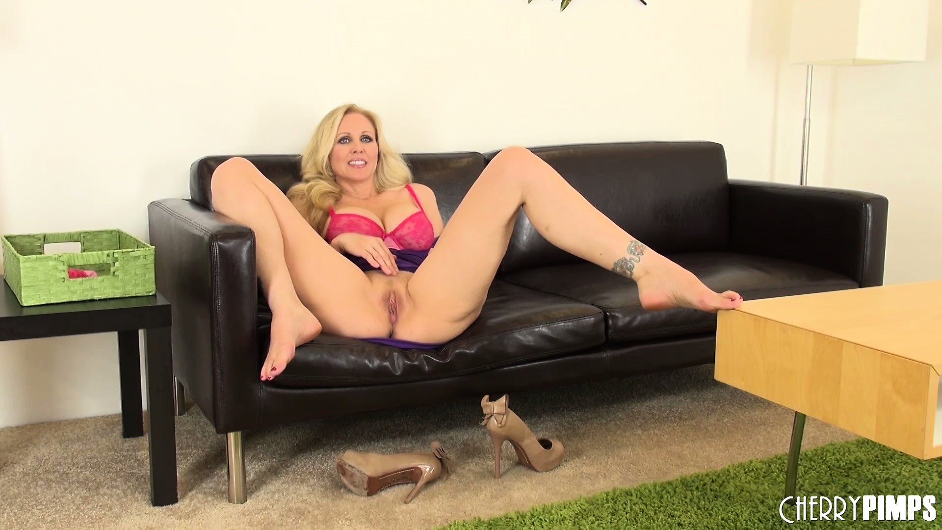 Porno Video of Julia Ann Likes To Pull Up Her Skirt And Diddle Her Twat On The Couch
