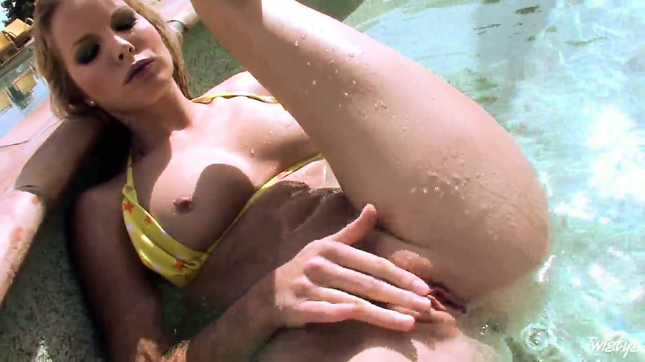 Porno Video of Super Sexy Woman In Yellow Bikini Spreads Her Hole In A Swimming Pool