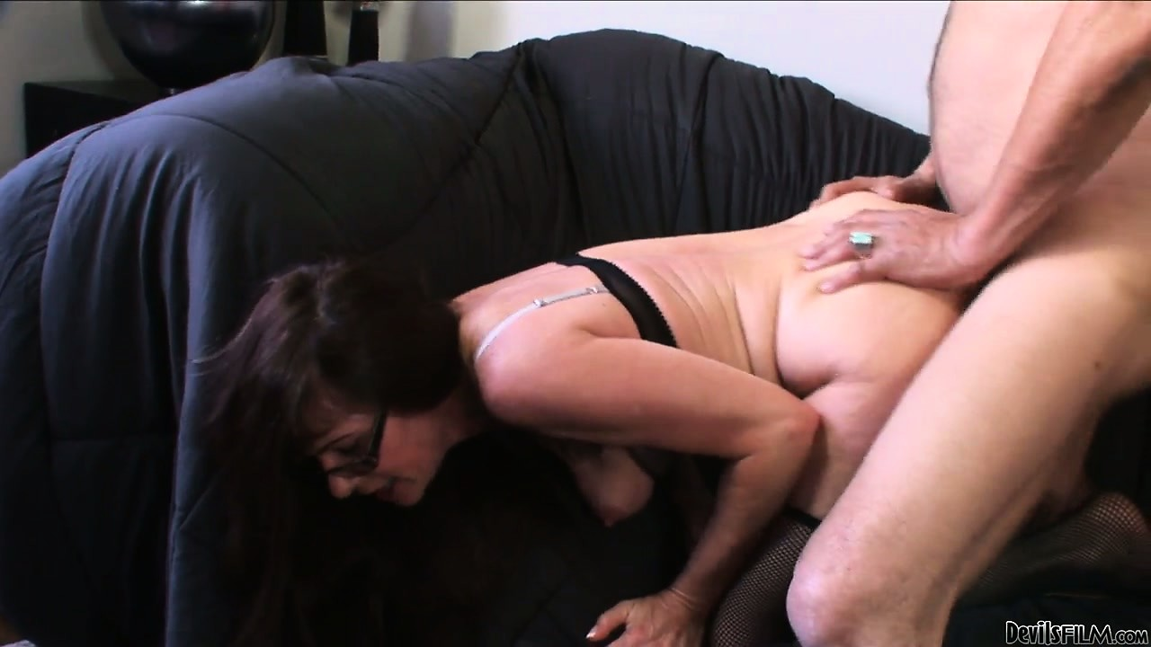 Porno Video of Nasty Dude Hungry For Pussy Gives This Mature Mum A Good Ramming On The Sofa